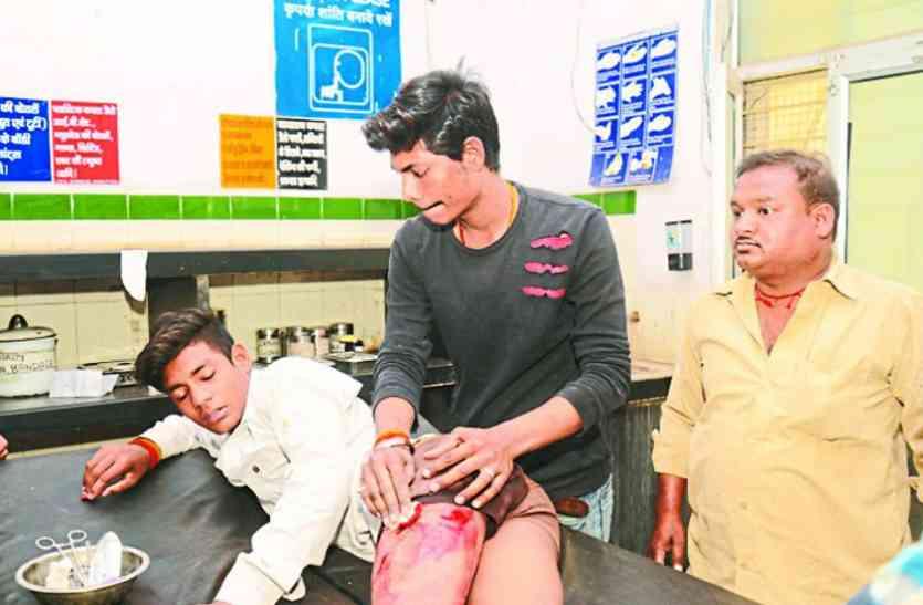 MP बोर्ड की परीक्षा देकर बाहर निकले छात्र को चाकुओं से गोदा
