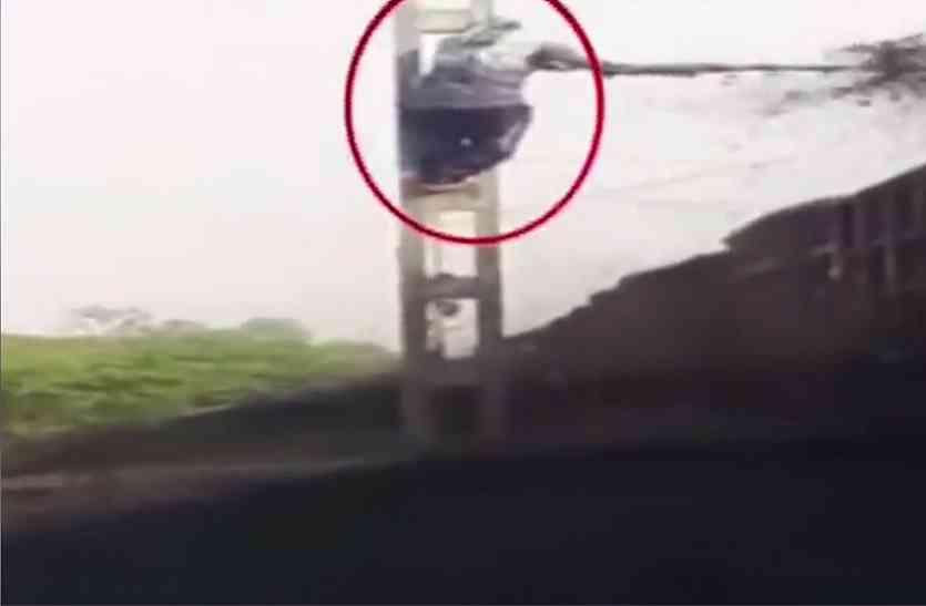 तेज रफतार ट्रेन से कोयला चुराते हैं ये लड़के, देखें ये धाकड़ वीडियो