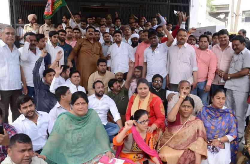 कांग्रेस आैर सपा नेताआें ने जाेरदार प्रदर्शन कर की यह मांग