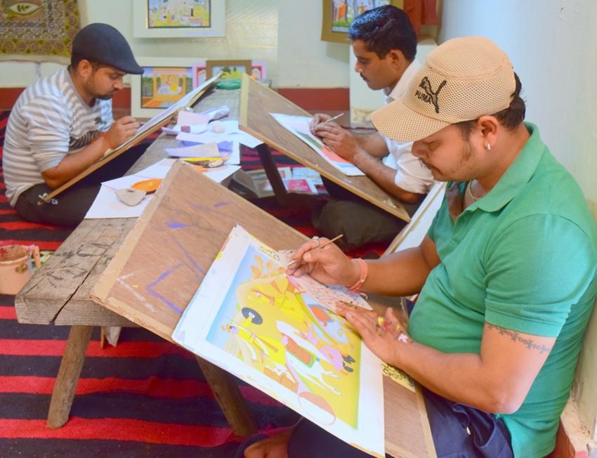 मानव संग्रहालय में विभिन्न राज्यों के कलाकारों ने बनाए चित्र.. देखें