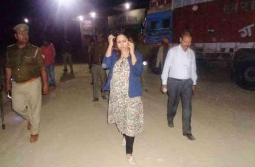 जब रात में आला अधिकारियों को साथ लेकर डीएम नेहा शर्मा ने मारा छापा...