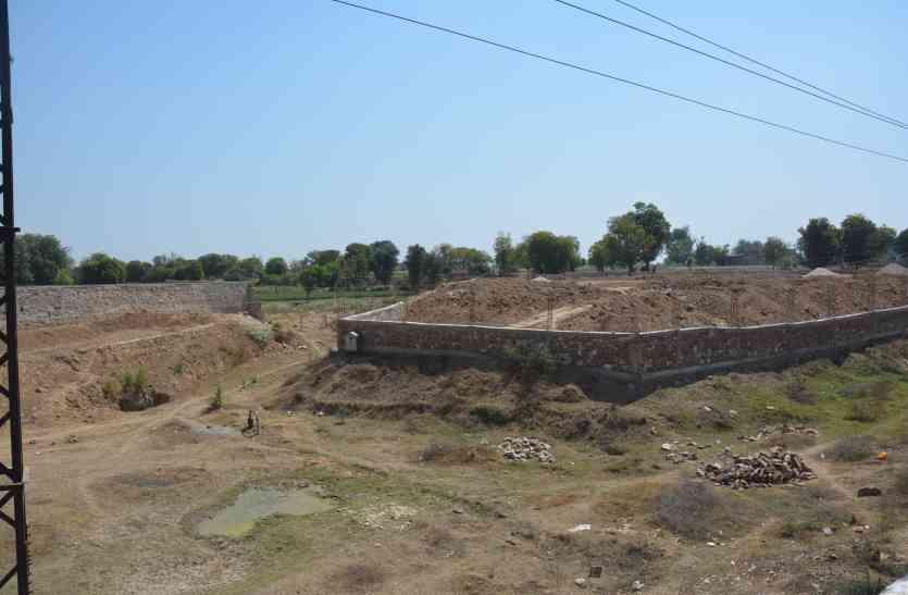 अलवर की गाजूकी नदी का गला घोंट रहे रसूखदार, नदी के बीच ही दीवार देकर भर रहे मिट्टी