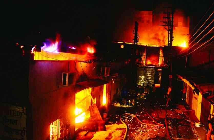 इंदौर के नयापुरा इलाके की फैक्ट्री में लगी भीषण आग