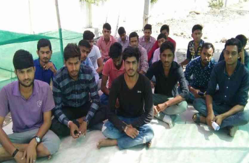 वानिकी विद्यार्थियों का आंदोलन 43वें दिन भी जारी दो विद्यार्थियों की बिगड़ी तबीयत, अस्पताल में भर्ती