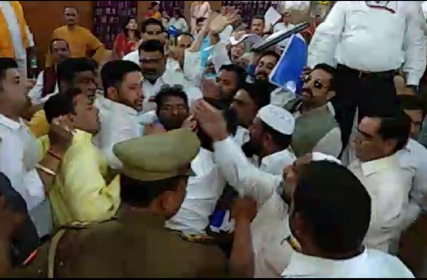 बड़ी खबर: बौखलाहट में भिड़ गए भाजपा और बसपा नेता, जमकर हुई धक्का मुक्की