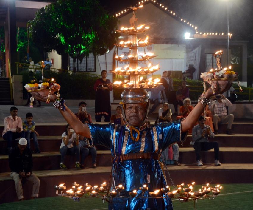 हो जायेगें अचंभीत: शरीर पर 108 दीए जलाकर सौराष्ट्र शैली में पेश किया दीप नृत्य