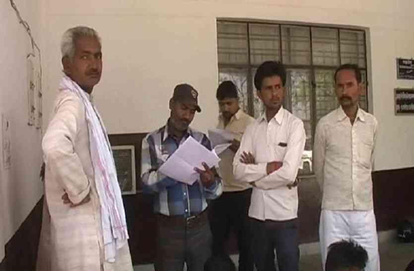 कोटेदार गरीबों के राशन पर डाल रहा डाका, ग्रामीणों ने डीएम से की शिकायत