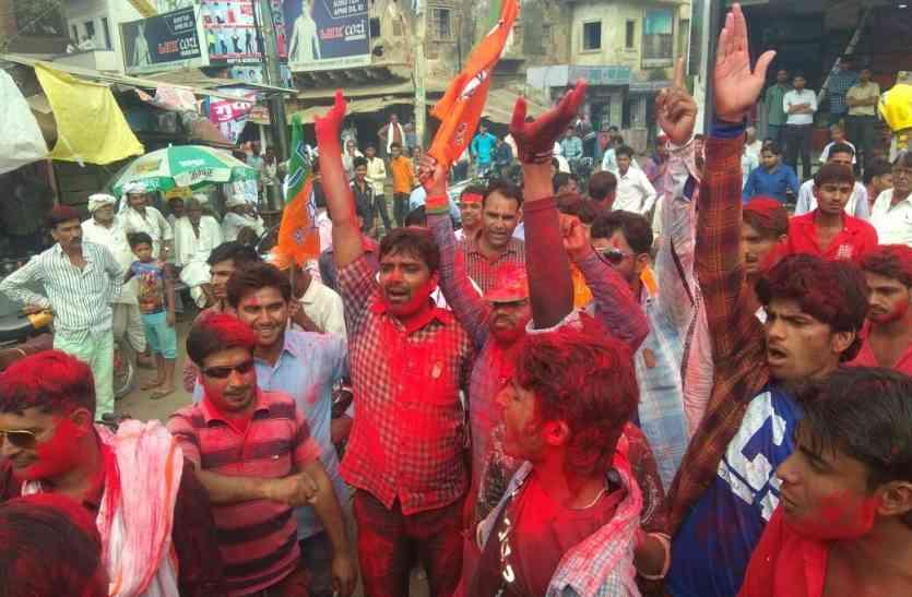 समर्थकों ने मनाया जश्न, जुलूस निकालकर उड़ाई गुलाल