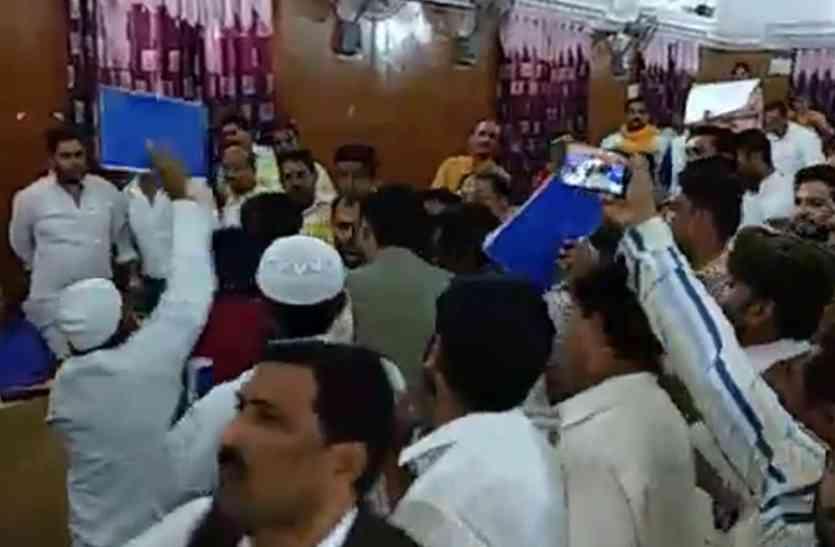 मेरठ नगर निगम की बैठक में वंदे मातरम का हुआ विरोध, राष्ट्रगान के दौरान नारेबाजी