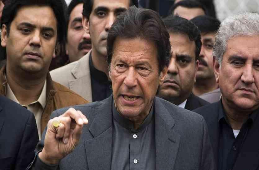 पाकिस्तान में निशाने पर आए राजनेता, नवाज शरीफ के बाद अब इमरान खान पर फेंका गया जूता