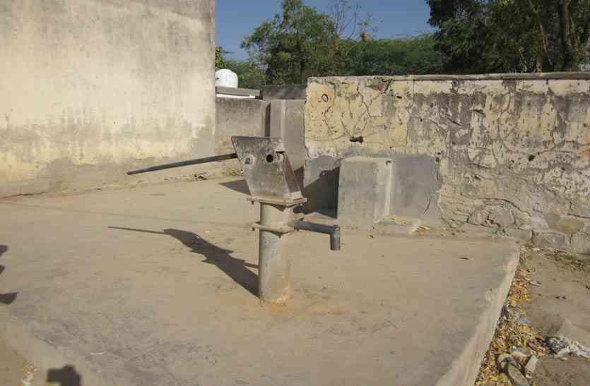 पन्द्रह दिन से बूंद-बूंद पानी को तरस रहे दो गांवों के लोग, प्रशासन नहीं दे रहा