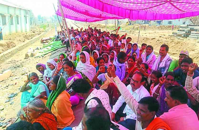 अपनी मांगों को लेकर रेल की पटरी पर बैठ किसानों ने किया प्रदर्शन