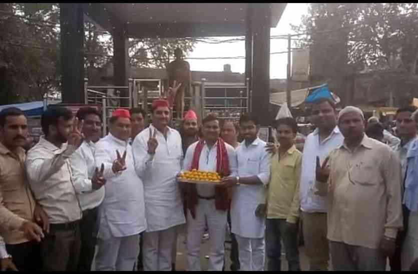 #by election result : गोरखपुर फूलपुर उपचुनाव में जीत पर सपा नेताओं का जश्न, कहा जनता अखिलेश यादव के साथ