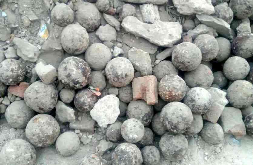 जंग में किले के दरवाजे तोडऩे के काम आते थे अलीगढ़ खुदाई में मिले रियासत कालीन तोप के गोले