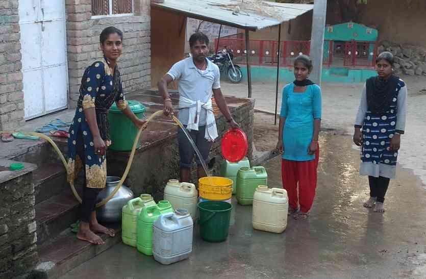 अभी से पानी को लेकर हाहाकार,गर्मी में आ सकता है महासंकट.जानिए पानी लेने के लिए क्या-क्या करना पड़ता है महिलाओं को...