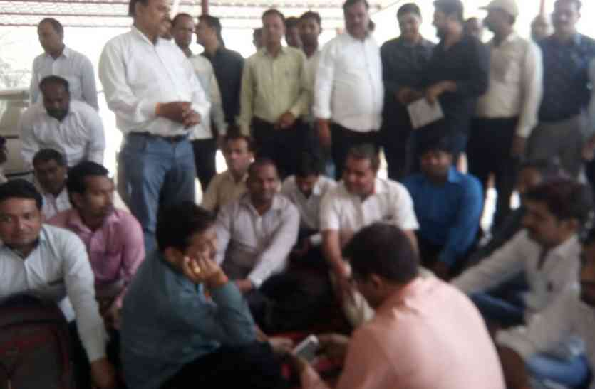 भाजपा विधायक के विरोध में धरने पर ग्राम पंचायत अधिकारी, दी बड़ी चेतावनी