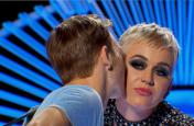 शो के दौरान कैटी पेरी ने 19 साल के लड़के को किया धोखे से किस