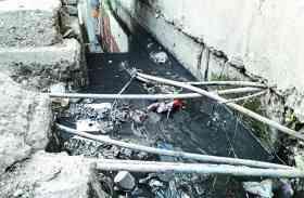 लीकेज पाइप द्वारा हो रही सप्लाई, नालियों का पानी पीने मजबूर हुए लोग