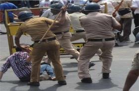 दरोगा भर्ती परीक्षा रद्य करवाने की मांग को लेकर प्रदर्शन कर रहे छात्रों पर पुलिस ने किया लाठीचार्ज