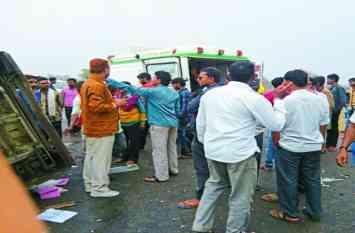 तेज रफ़्तार ट्रक ने मारी टक्कर , 2 लोगों की मौके पर ही हुई दर्दनाक मौत