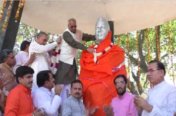 अब पूर्व पीएम चैधरी चरण सिंह की प्रतिमा को भगवा कपड़े में ढकने से आया राजनीति भूचाल