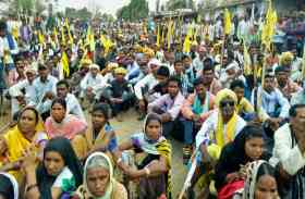 डीएफओ पर देशद्रोह का मुकदमा दायर कराने निकले सैकड़ों महिला-पुरुष, कहा- संविधान का किया है अपमान