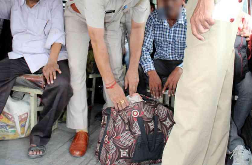 झारखंड से बस में आ रहे युवक की बैग की तलाशी ली तो पुलिस के उड़ गए होश