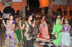 चेत्र नवरात्र...शक्ति की भक्ति में डुबे रत्नपुरीवासी, माता के दर पर उमड़ऩे लगी भक्तों की भीड़