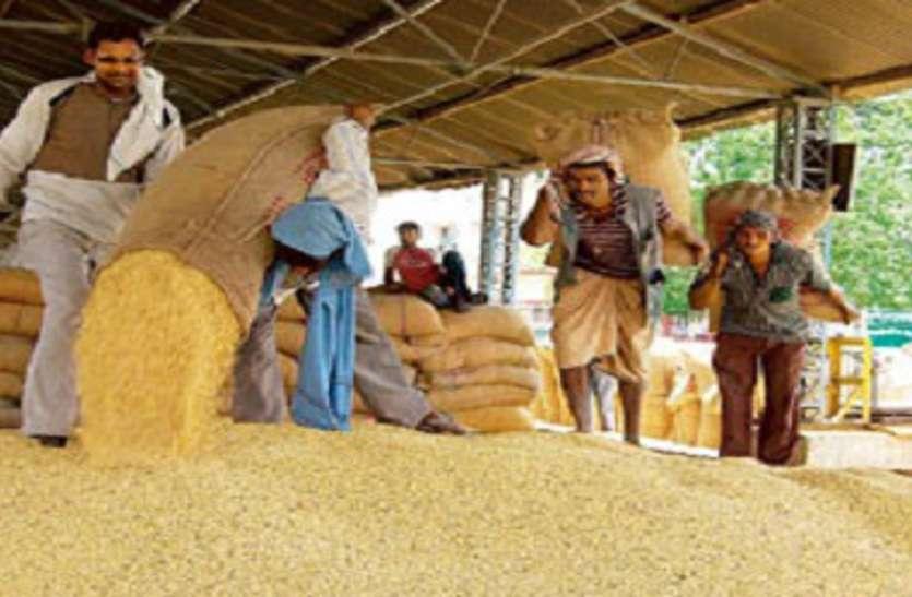 baran--किसानों ने लगाया मंडी गेट पर ताला , तुलाई बंद होने से धरने पर बैठे