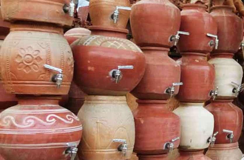 चिलचिलाती धूप में फ्रिज का पानी सेहत पर भारी, मटके के पानी का करें उपयोग