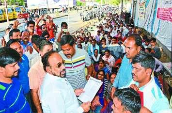 हड़ताल कर रहे कर्मचारियों को मंत्री ने दिया भगवान का वास्ता, ये हुआ असर