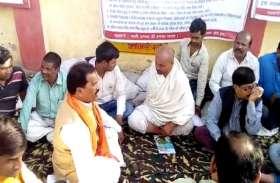 16 दिन से आमरण अनशन पर बैठे समाजसेवी ने मुंडवाया सिर, मूक दर्शक बने अधिकारी