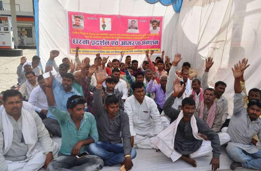 आजमगढ़ में रोडवेज की मनमानी को लेकर नहीं कम हो रहा गुस्सा, शुरू हुआ अनिश्चितकालीन धरना व अनशन