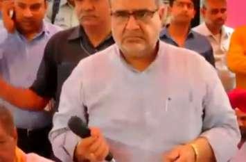 जब सामने बैठे शख्स की हरकत देख प्रभारी मंत्री को आया गुस्सा, देखें वीडियो