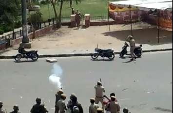 आंदोलन हुआ हिंसक : पुलिस ने प्रदर्शनकारियों पर दागे आंसू गैस के गोले, कलेक्ट्रेट परिसर में माहौल तनावपूर्ण, देखें वीडियो