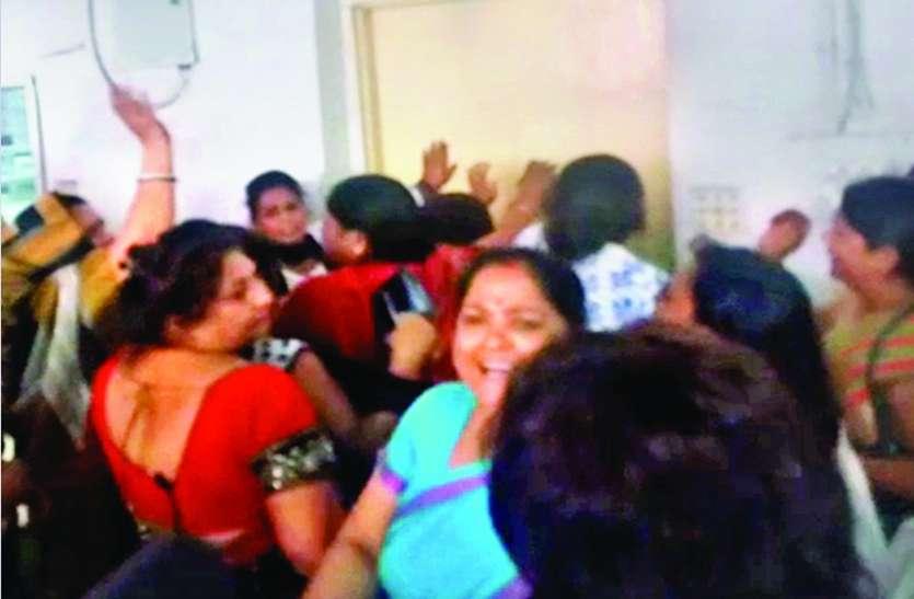 आधा घंटे चेम्बर में कैद रहे रामपाल, महिलाएं पीटती रहीं दरवाजा