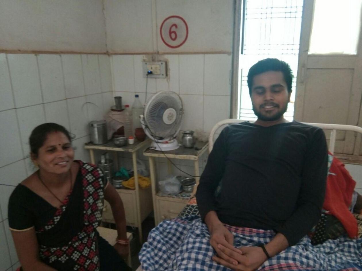 जिला अस्पताल में भर्ती मरीज अपने घरों से पंखे लाकर पा रहे गर्मी से निजात