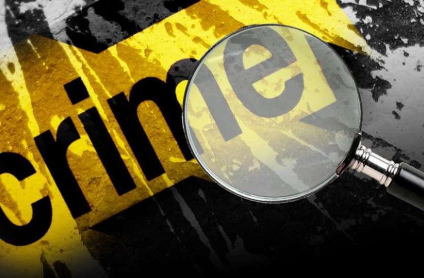 पैसा गिरने का झांसा देकर बदमाशों ने कार से उड़ाया महिला का बैग