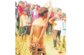शादीशुदा प्रेमिका के साथ आपत्तिजनक हालत में देख भड़के ग्रामीण, प्रेमी को अर्द्धनग्न कर पेड़ से बांध जूते-चप्पलों से पीटा
