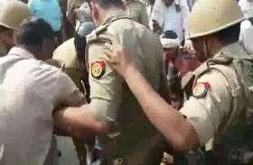 अपने काॅलेज को बचाने के लिए धरना दे रहे थे छात्र, पुलिस ने दौड़ा दौड़ाकर पीटा