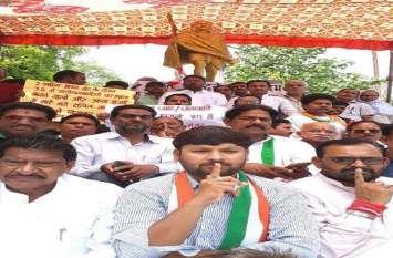 इलाहाबाद में दिखा राहुल गांधी की अपील का असर कांग्रेसियो ने किया उपवास