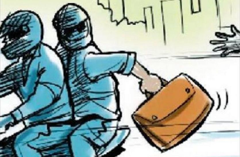 बाइकर्स ने कट्टा अड़ा का सर्राफा व्यापारी को लूटा