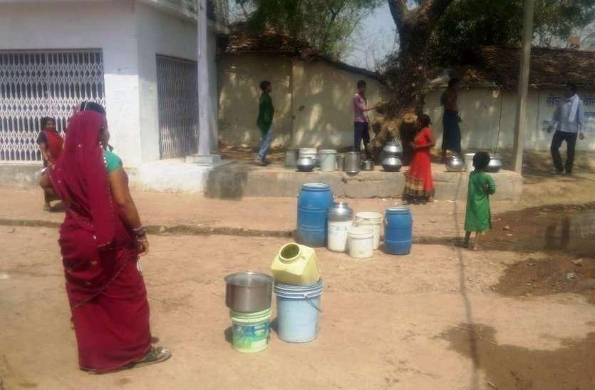 इस जिले के 154 गांव भीषण सूखे की चपेट में, हैंडपंप ने दिया जवाब, पानी की बूंद-बूंद को तरसे लोग