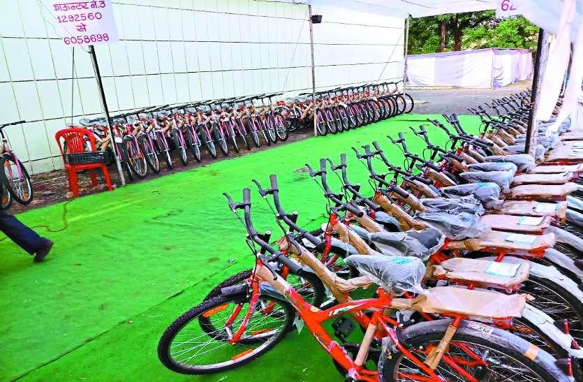प्रेरणा : कर्मचारियों को बांटी साइकिल, ताकि कम हो वाहनों का इस्तेमाल