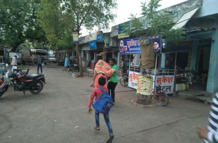 छेड़छाड़ करने वाले युवक को महिला ने दौड़ा-दौड़ा कर पीटा