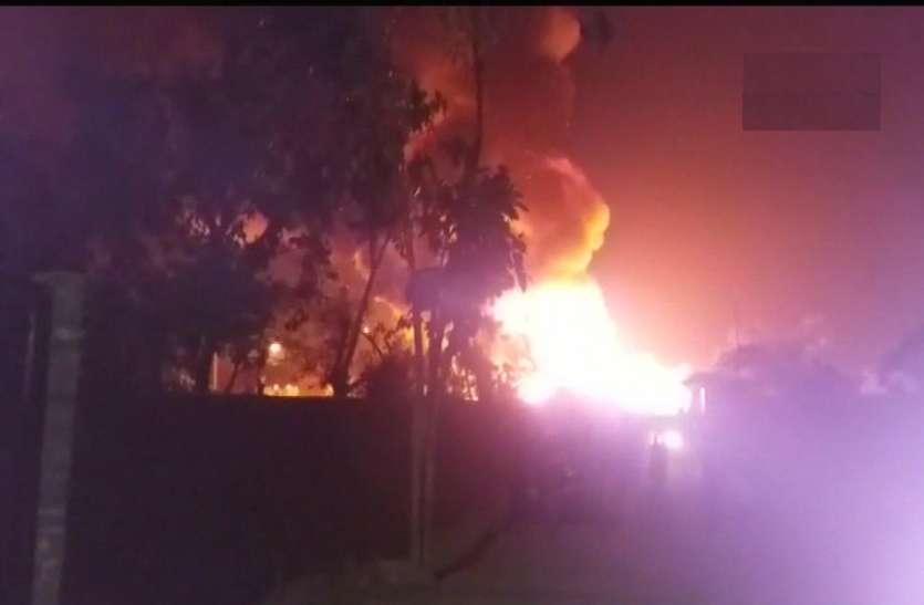 एक चिंगारी कभी भी जला देगी पूरी बस्ती, खतरों के बीच हजारों घर