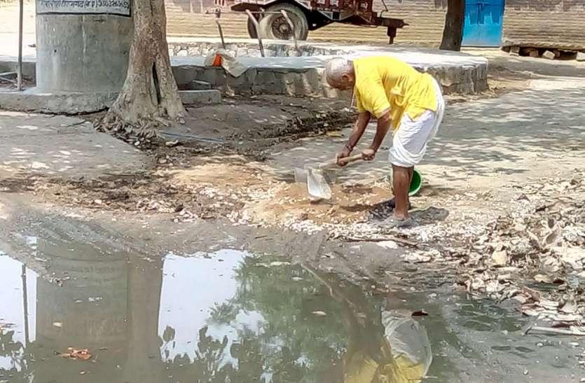 लड़खडा़ए कदम पर हौसले नहीं कम, गांव को साफ करने का उठाया बीड़ा