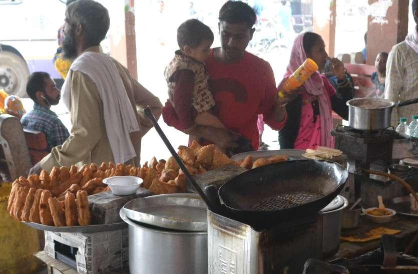अलवर केन्द्रीय बस स्टेण्ड पर मिल रही खाद्य सामग्री कर सकती है आपको बीमार, सफाई पर भी नहीं है ध्यान