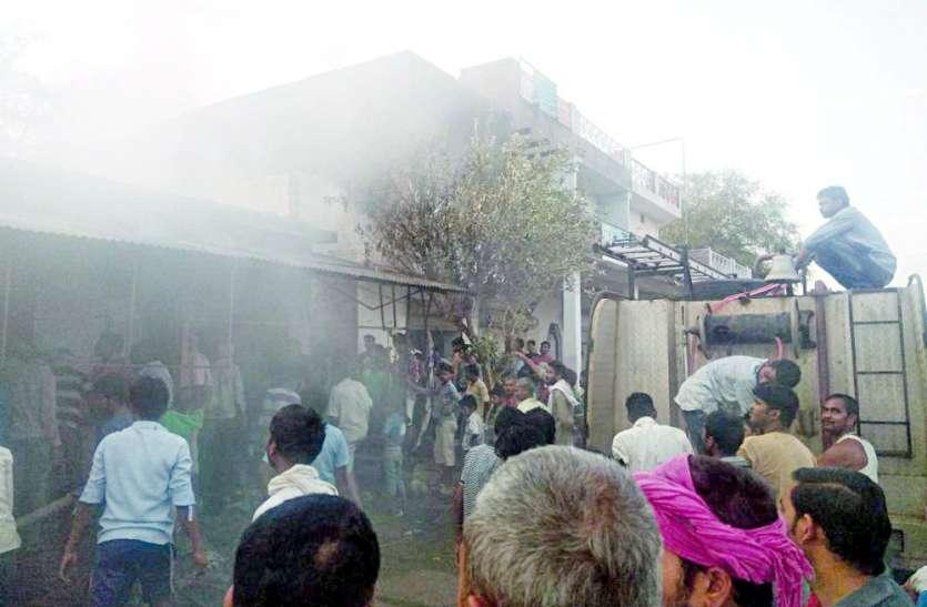 व्यवसायी की दो मंजिला इमारत में भड़की आग, देखते ही देखते जल गई इतनी सारी दुकानें