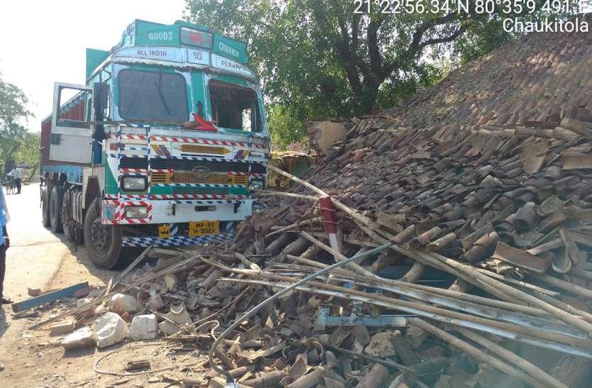 ट्रक ने वन जांच चौकी को किया छतिग्रस्त पौने तीन लाख की नुकसानी